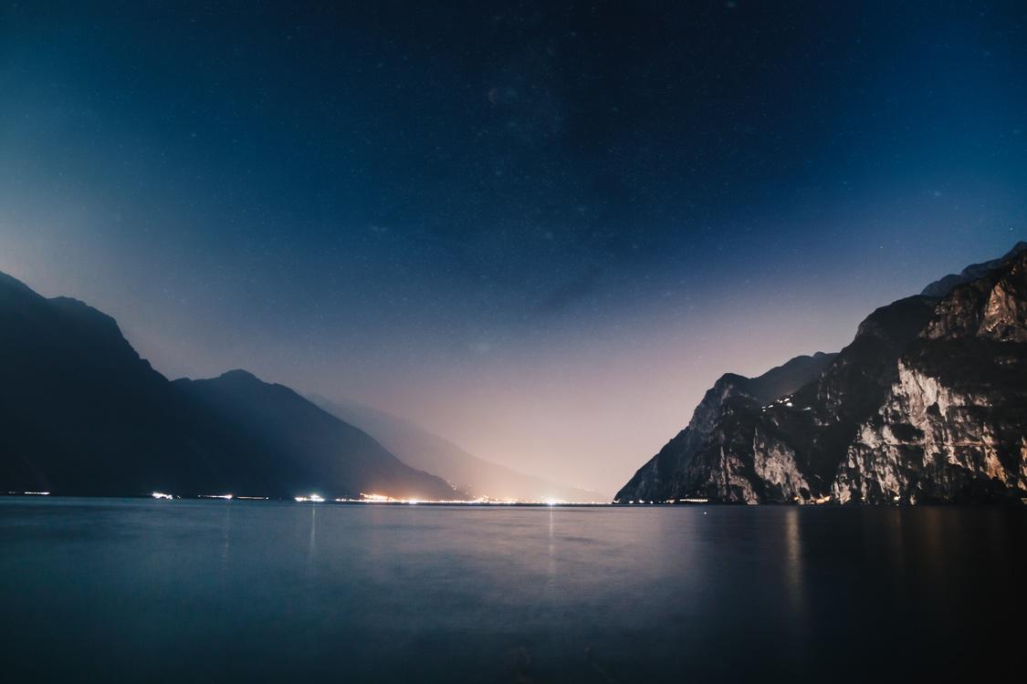 Ảnh background bầu trời đêm trên eo biển