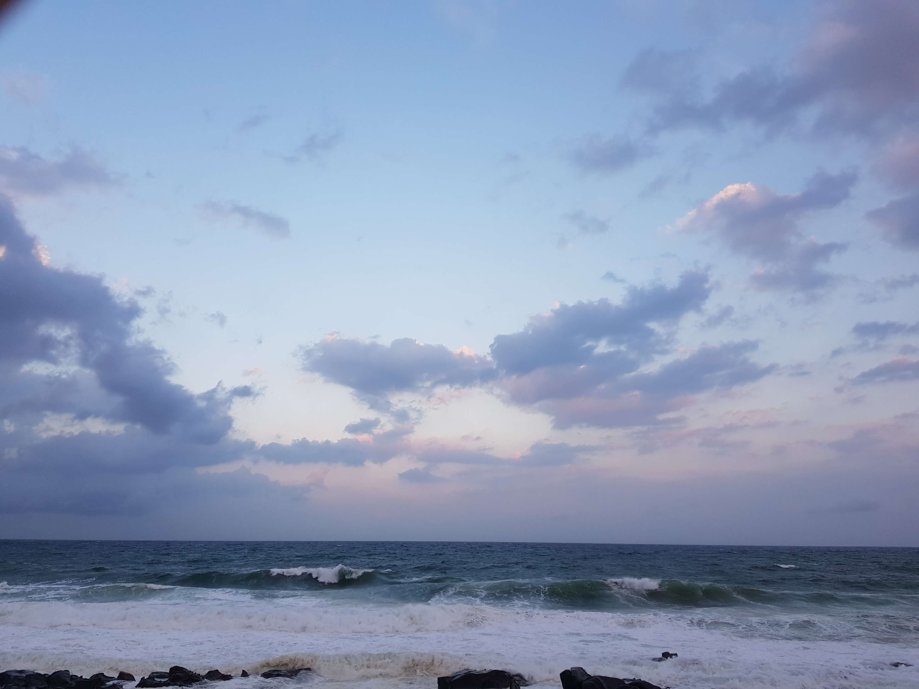 Ảnh background bầu trời và sóng biển rì rào]
