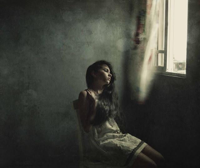 Hình ảnh phụ nữ tuyệt vọng