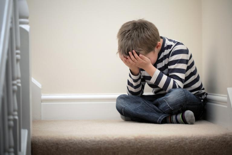 Hình ảnh trẻ em buồn tuyệt vọng