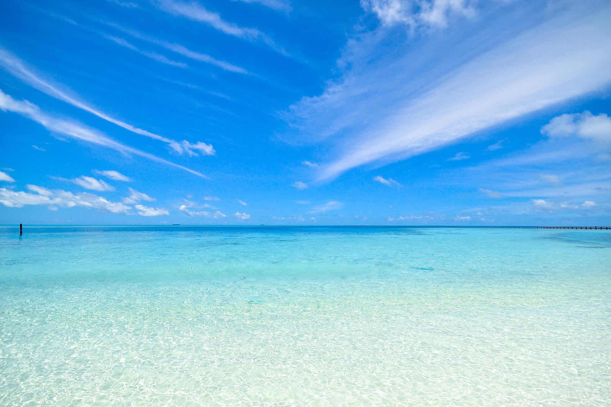 Ảnh bầu trời xanh và bờ biển
