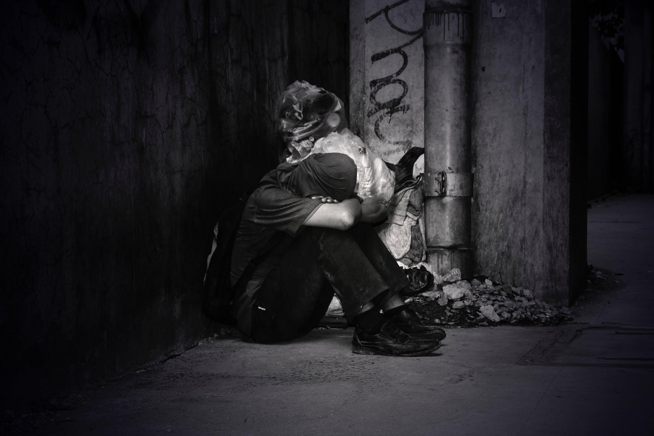 Hình nền anh chàng ngồi buồn khóc một mình
