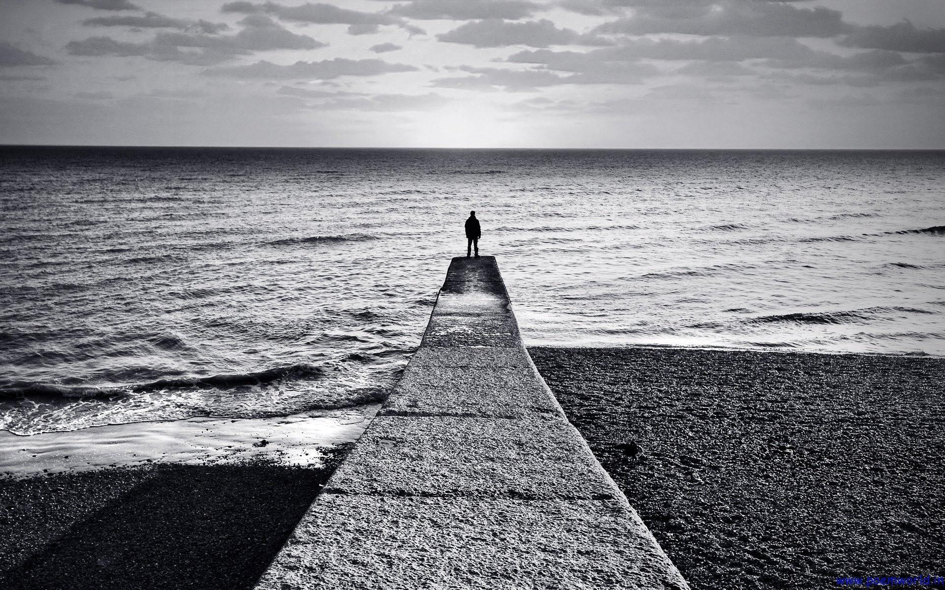 Hình nền bờ biển một người buồn bã đứng