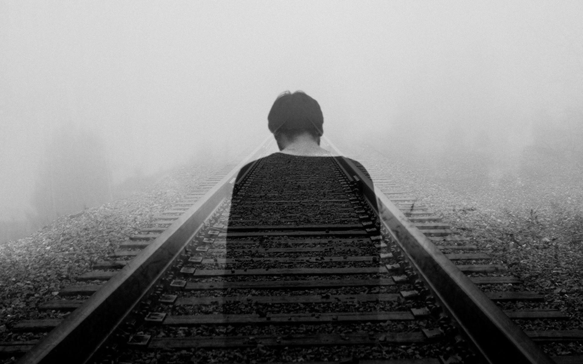 Hình nền bóng ma trên đường tàu buồn bã