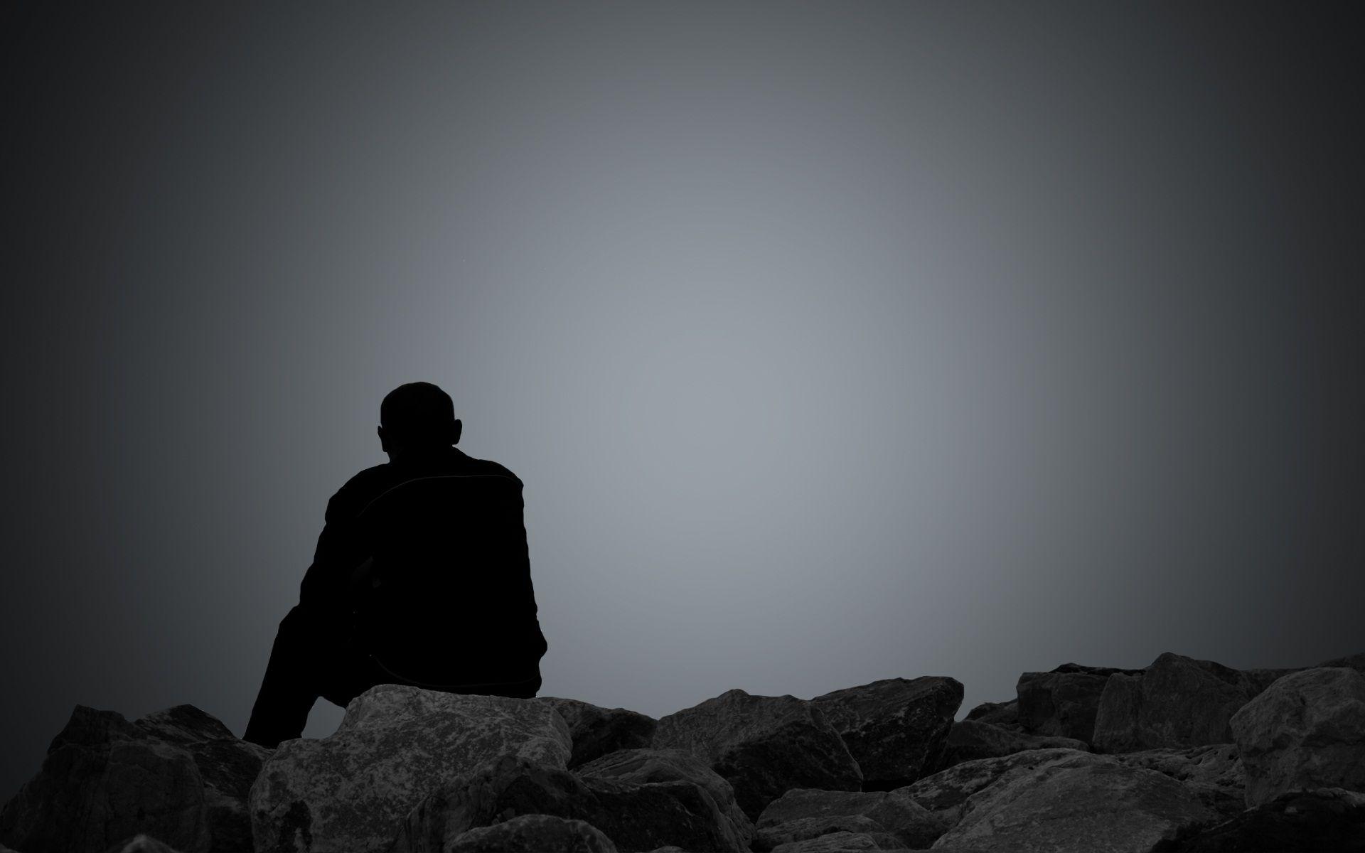 Hình nền buồn anh chàng ngồi một mình tối tăm