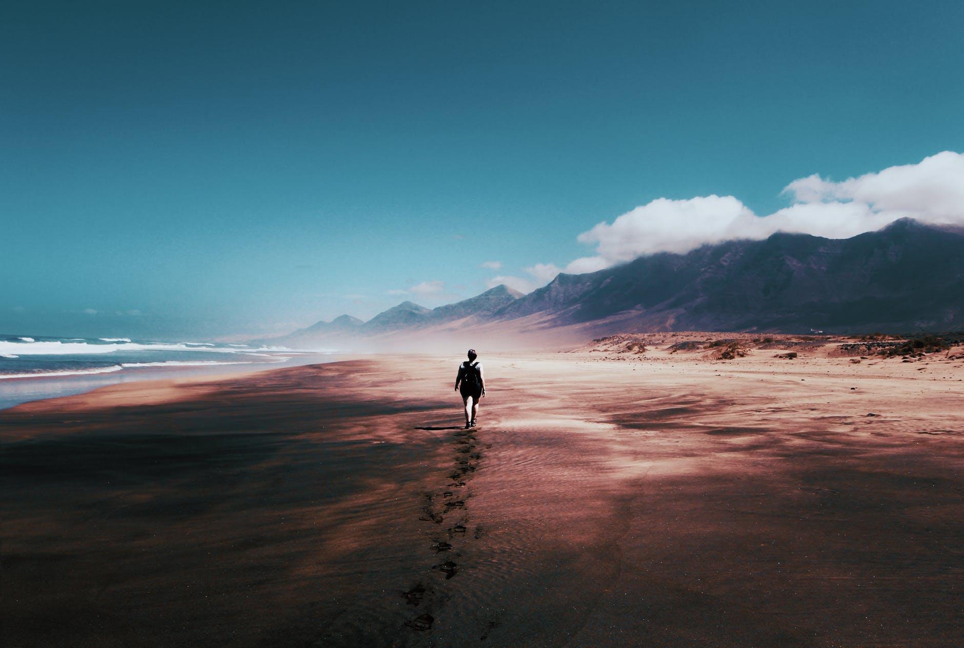 Hình nền buồn bã đi một mình trên bãi biển