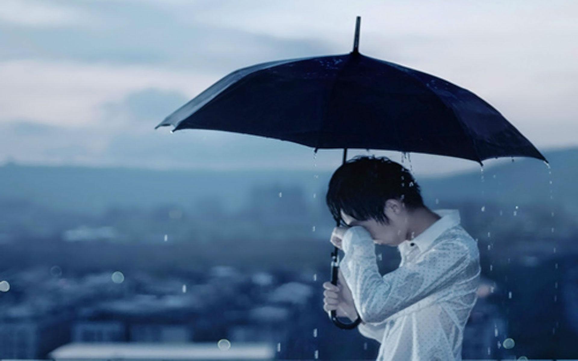 Hình nền buồn chàng trai khóc trong mưa