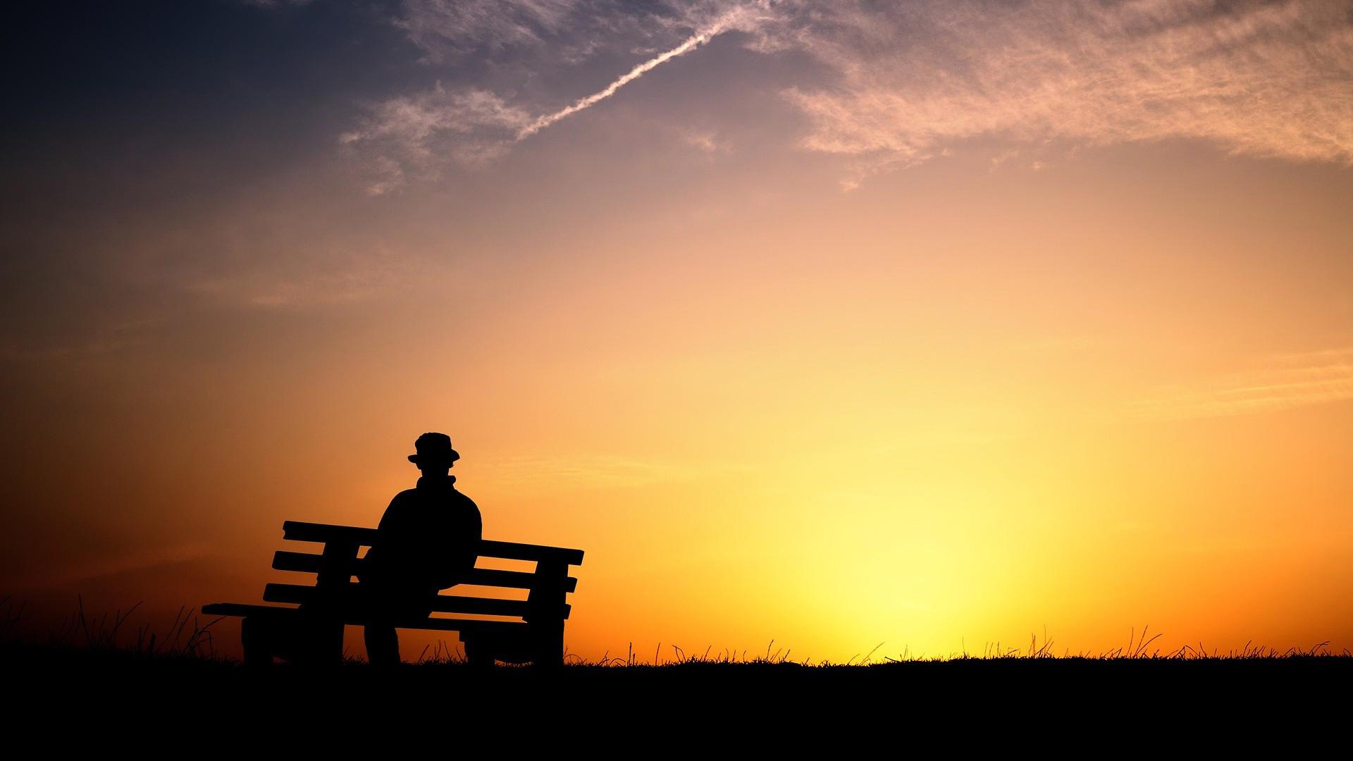 Hình nền buồn thương ngồi đó một mình trong ánh chiều tà