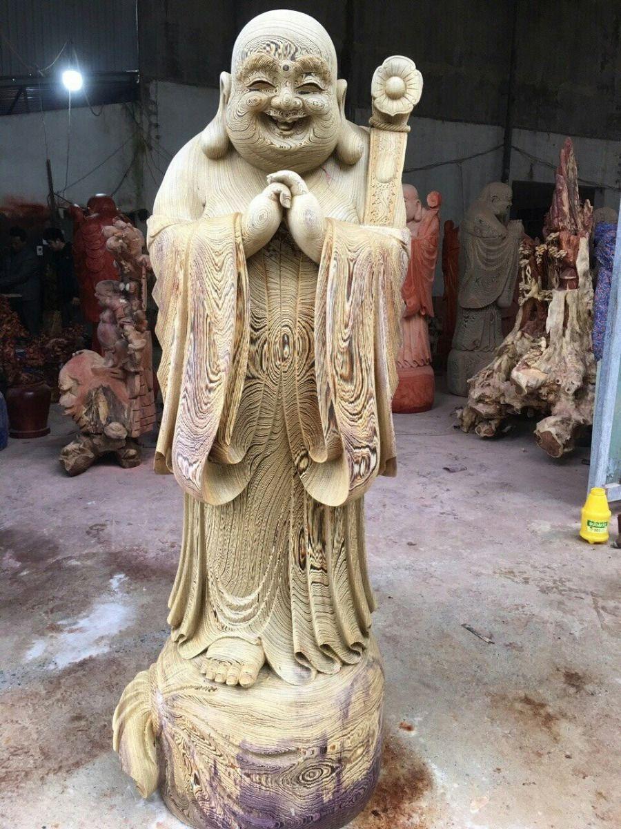 Bức tượng gỗ Phật Di Lặc màu xám trắng