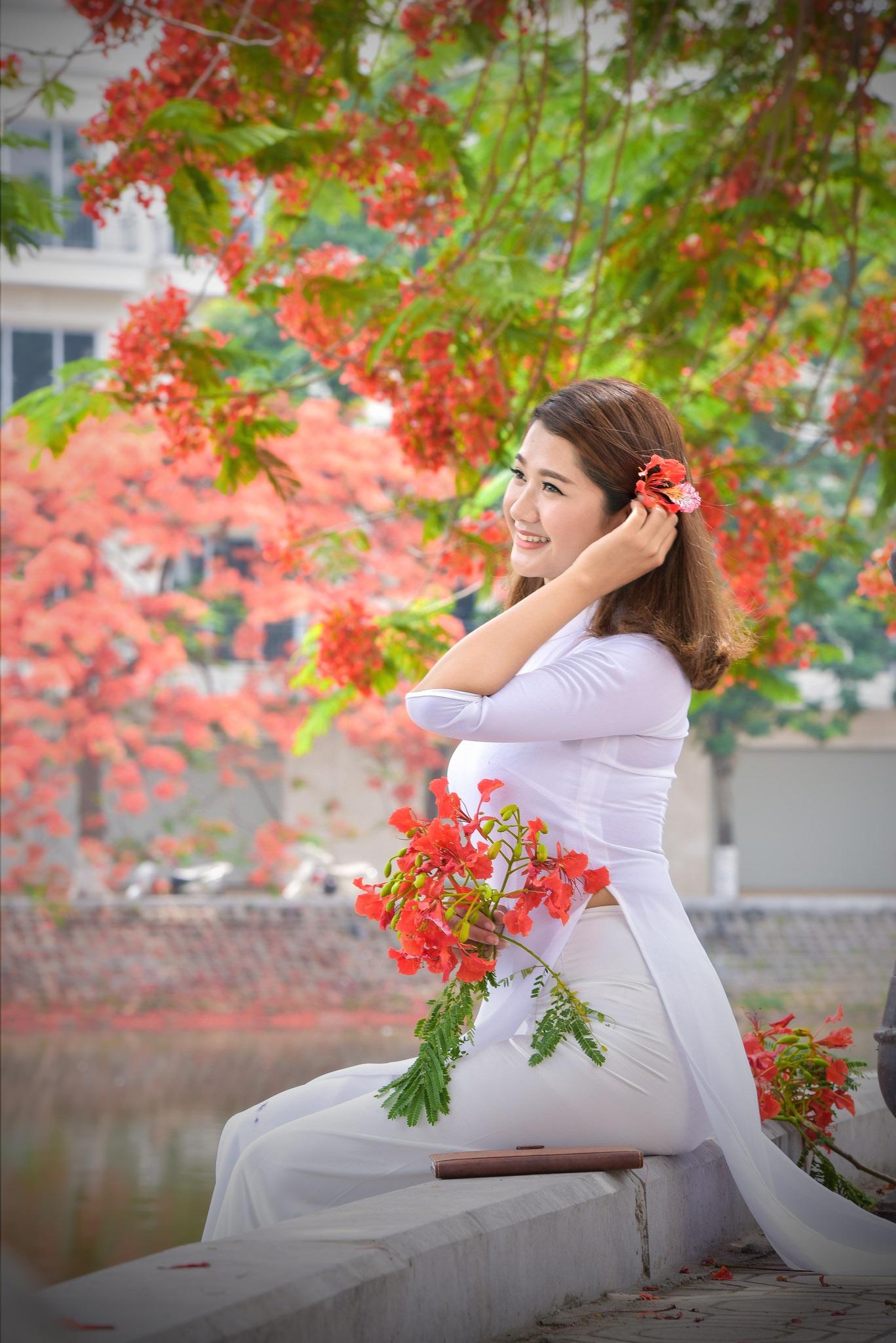 Cô gái đẹp và bông hoa phượng