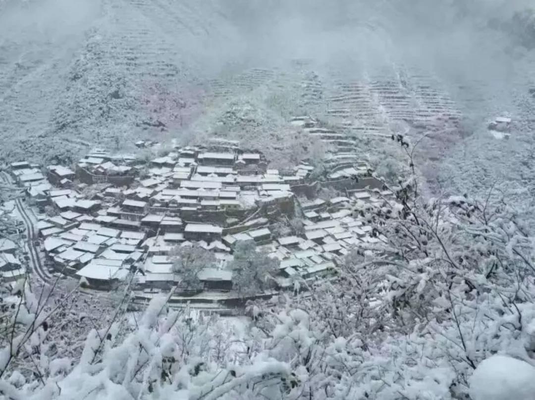 Hình ảnh cả thị trấn phủ trong tuyết rơi