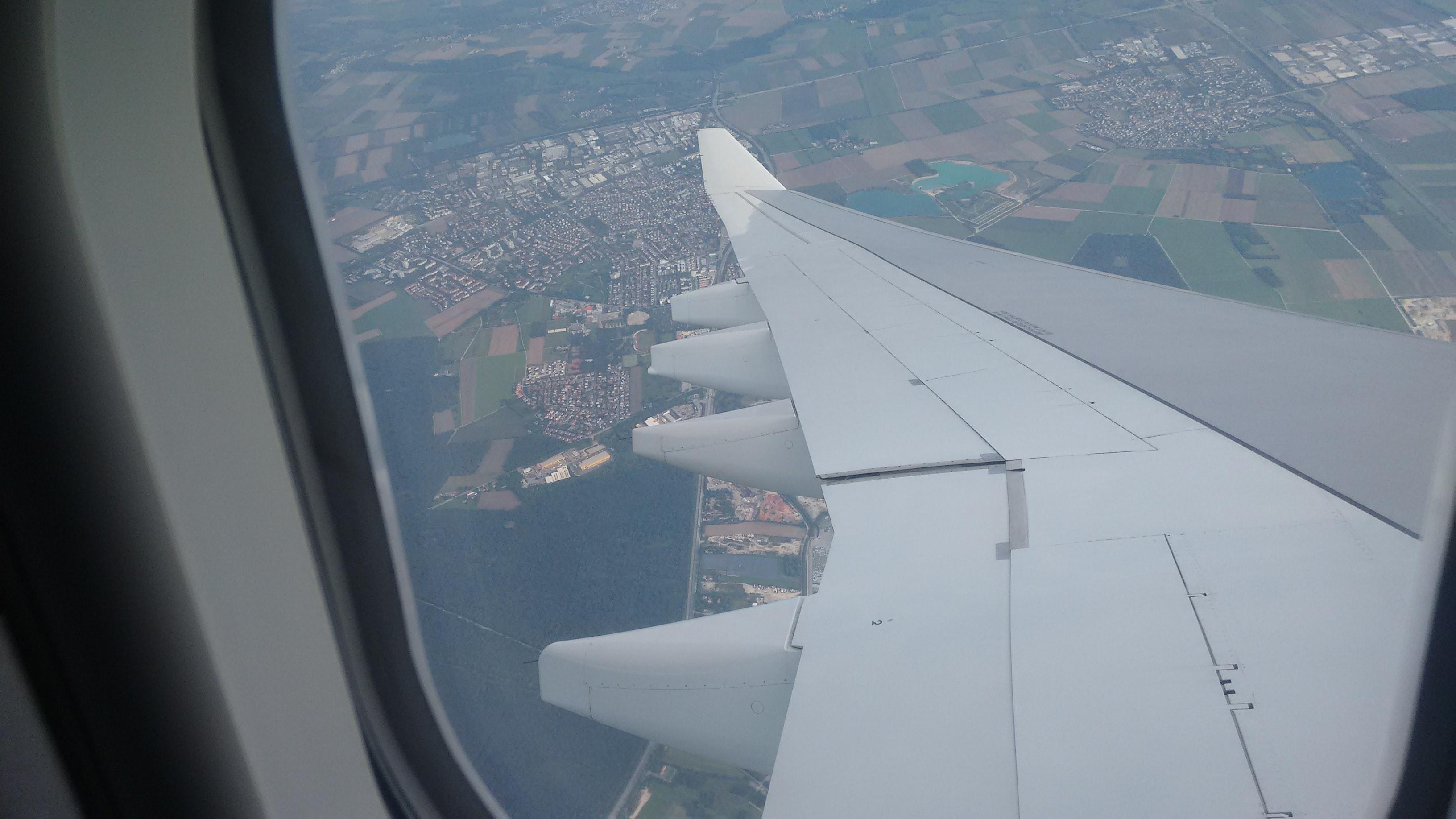 HÌnh ảnh cánh máy bay nhìn qua cửa sổ