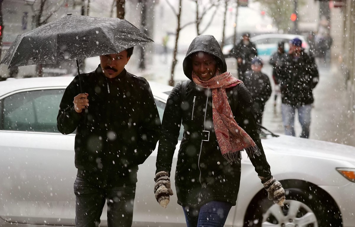 Hình ảnh che ô đi trong trời tuyết rơi