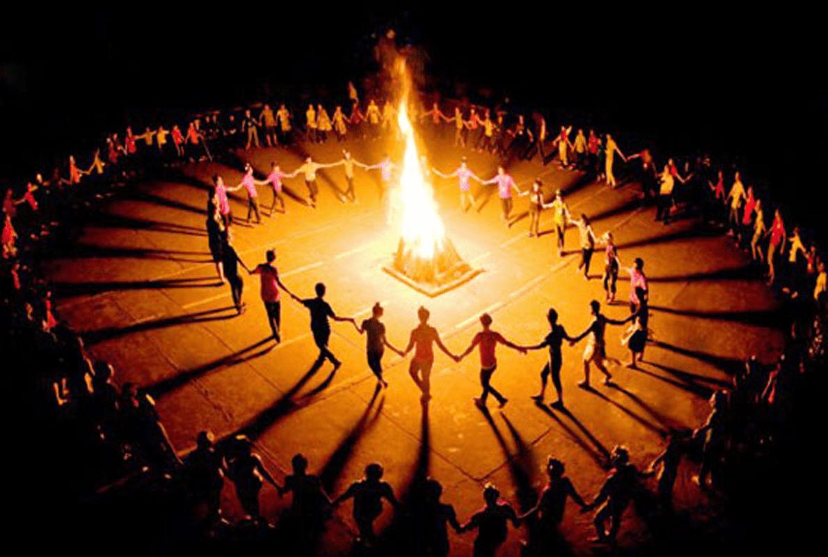 Hình ảnh cùng vây quanh ngọn lửa trại