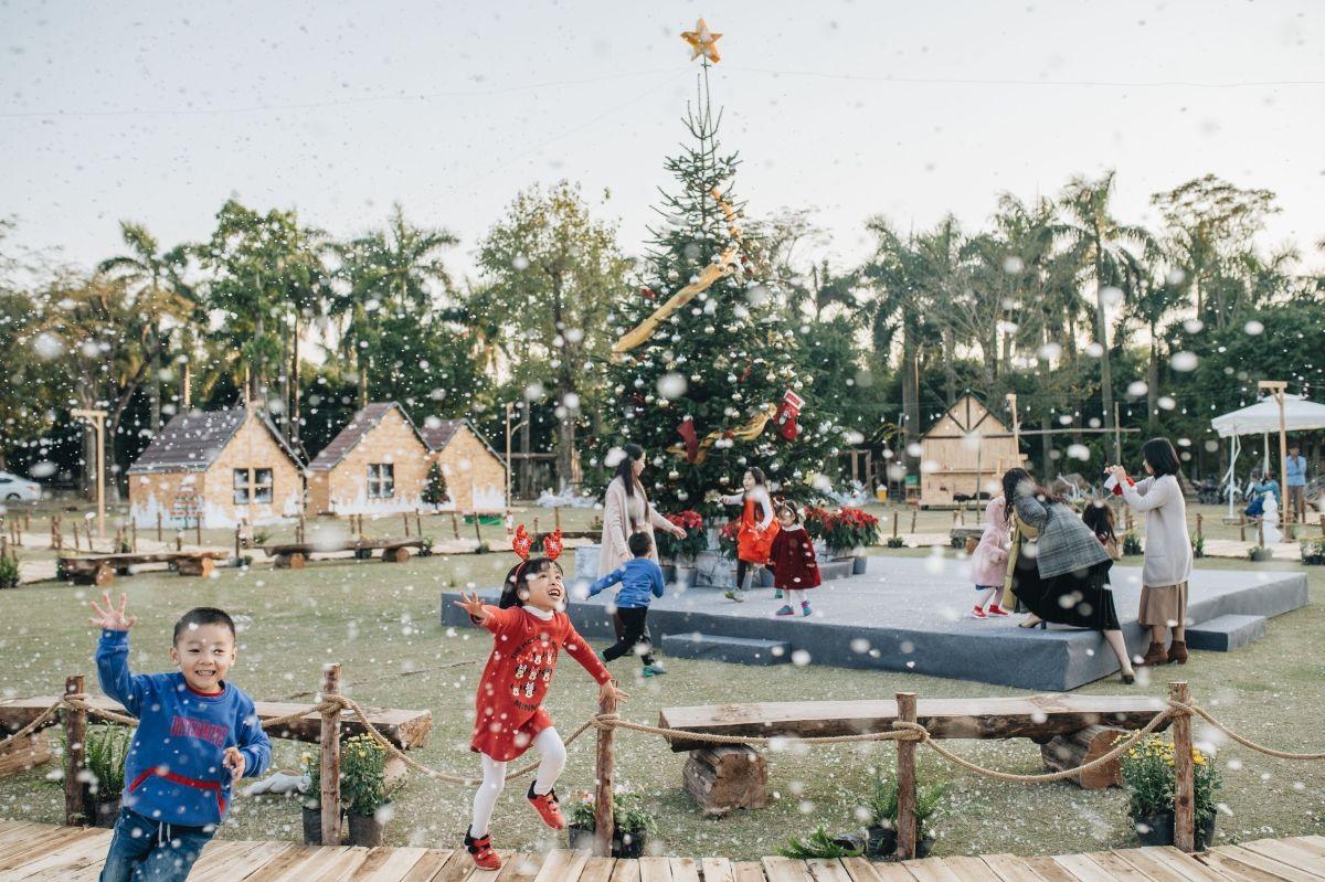 Hình ảnh đám trẻ chơi trong tuyết rơi
