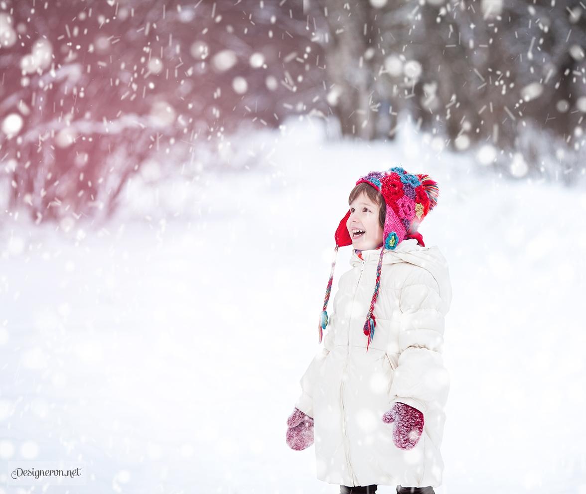 Hình ảnh đứa trẻ con đứng trong trời tuyết rơi