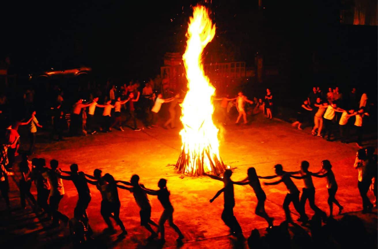 Hình ảnh lửa trại bùng cháy cực đẹp