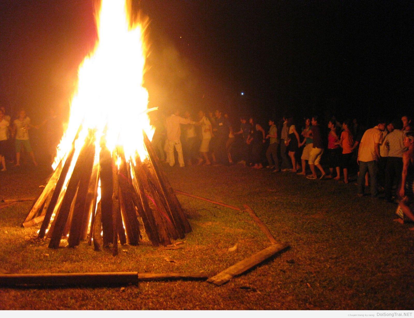 Hình ảnh lửa trại sáng rực
