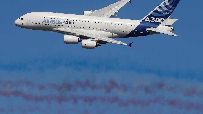 HÌnh ảnh máy bay đang bay trên trời