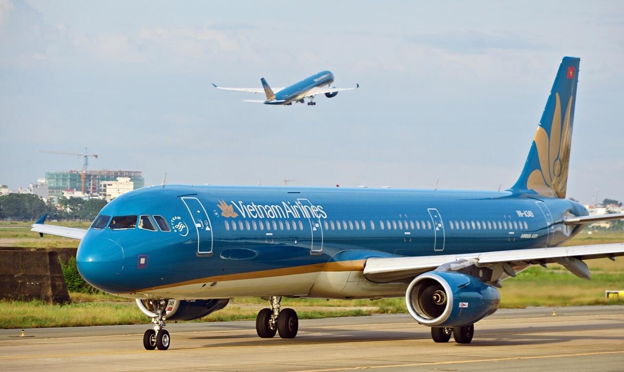 Hình ảnh máy bay đang đi trên sân bay