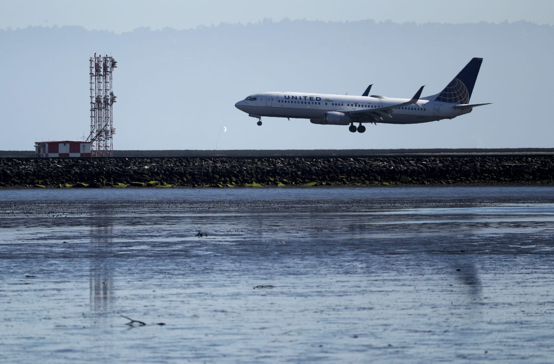 Hình ảnh máy bay đi gần biển