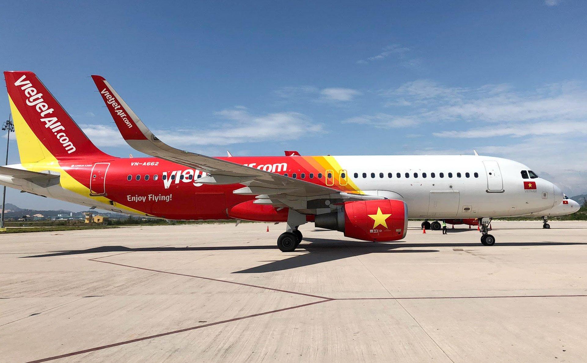 Hình ảnh máy bay đuôi đỏ