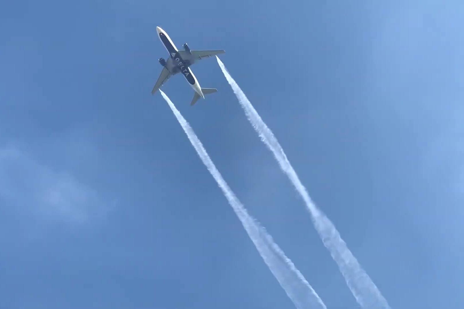 Hình ảnh máy bay nhả khói