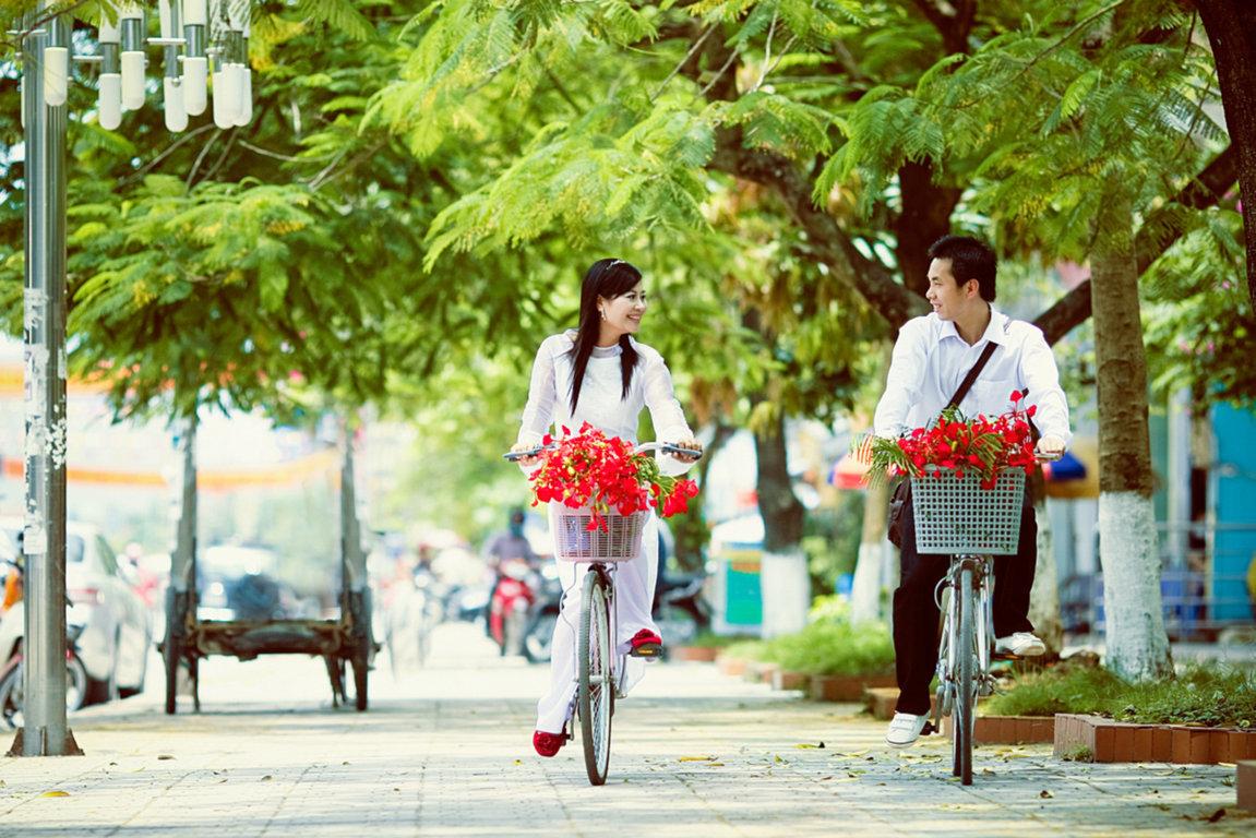 Hình ảnh nam thanh nữ tú để hoa phượng ở rỏ xe