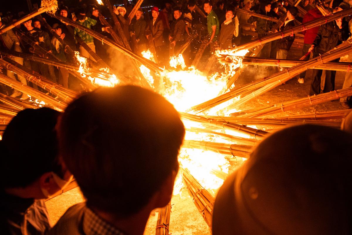 Hình ảnh ngọn lửa trại mọi người cùng đốt