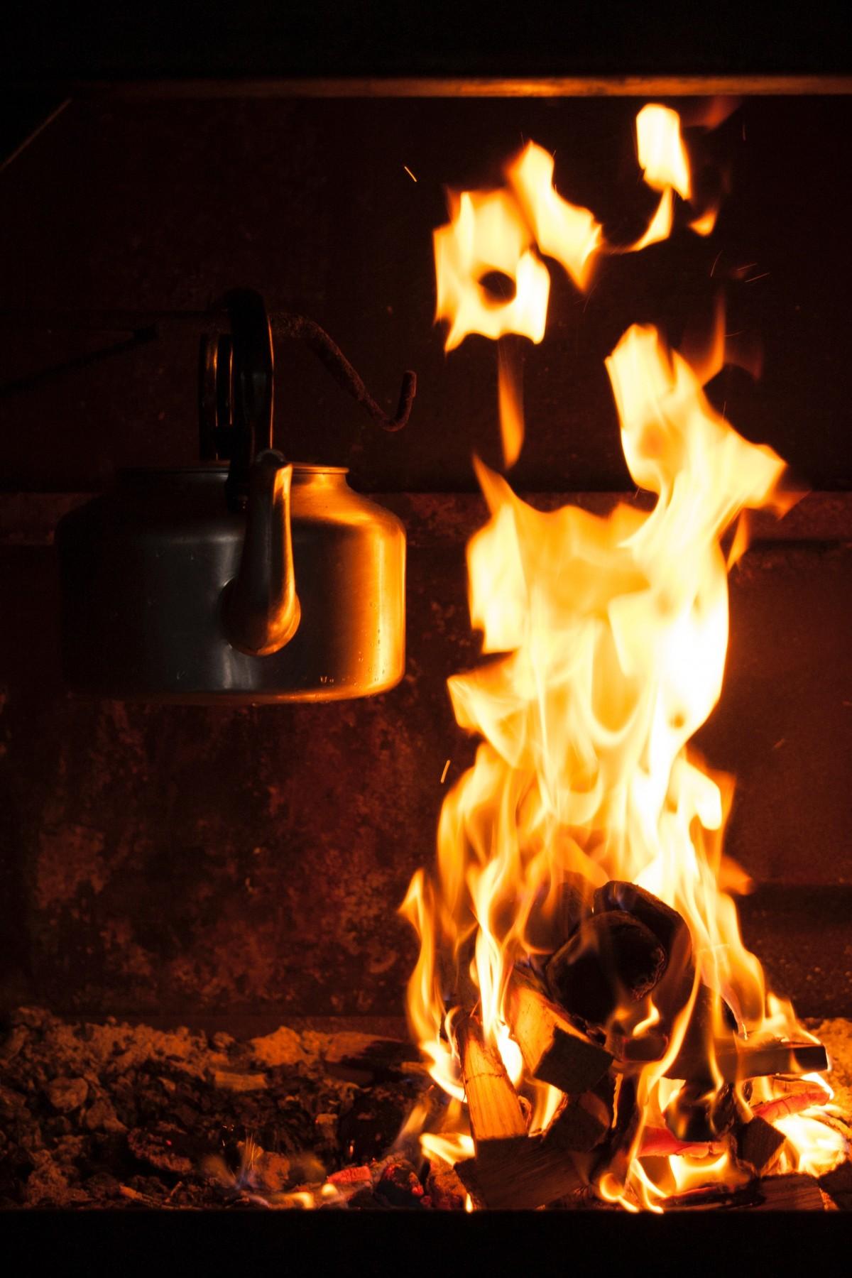 Hình ảnh ngọn lửa và siêu nước