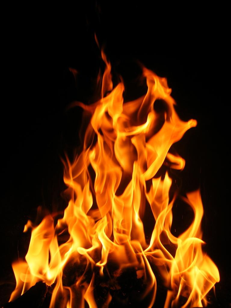 Hình ảnh ngọn lửa vươn lên cao
