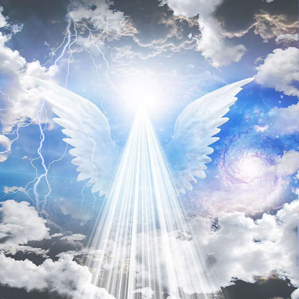 Hình ảnh thiên thần với ánh sáng chiếu từ trời xuống