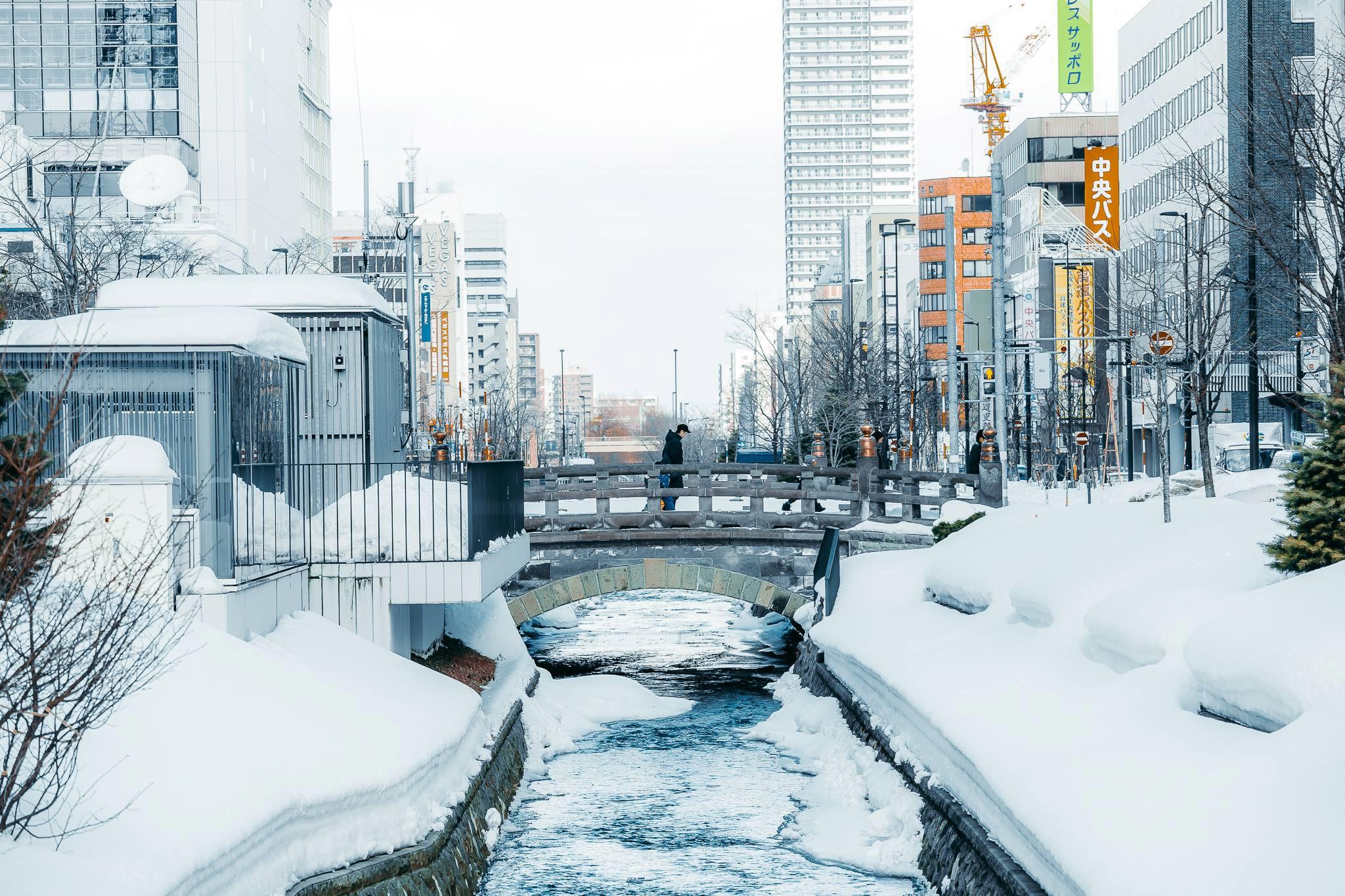 Hình ảnh tuyết rơi trên con kênh trong thành phố