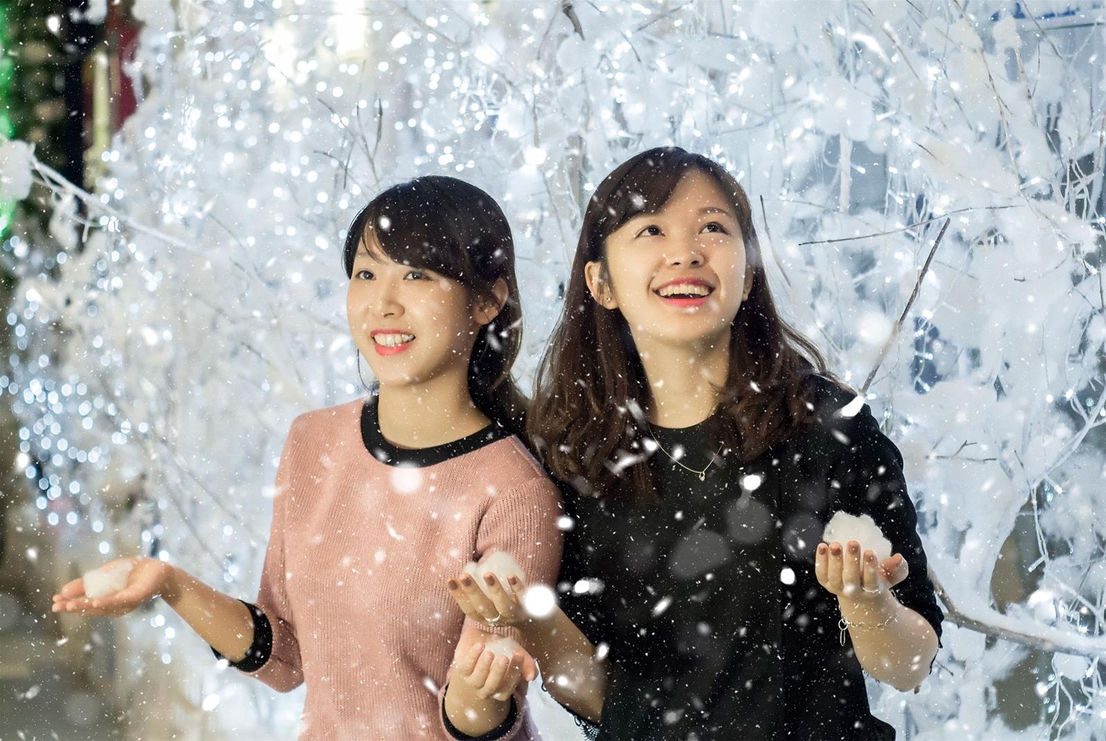 Hình ảnh tuyết rơi và hai cô gái xinh đẹp