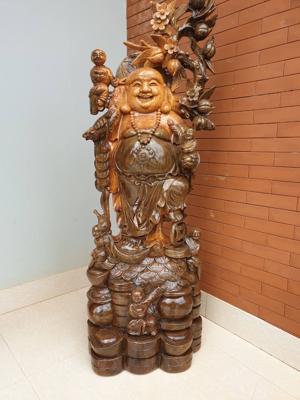 Hình tượng Phật Di Lặc trong góc