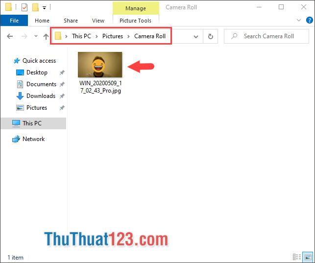 Để kiểm tra bức ảnh chụp, bạn hãy mở This PC và truy cập vào thư mục Pictures, Camera Roll