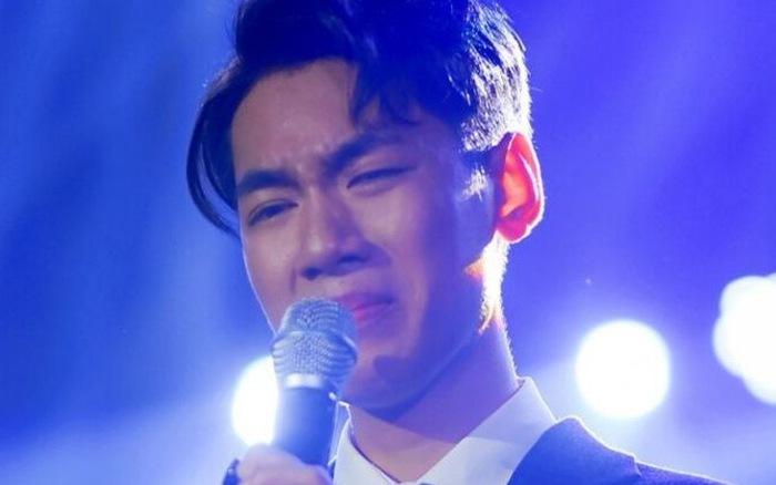 Ảnh khóc trên sân khấu
