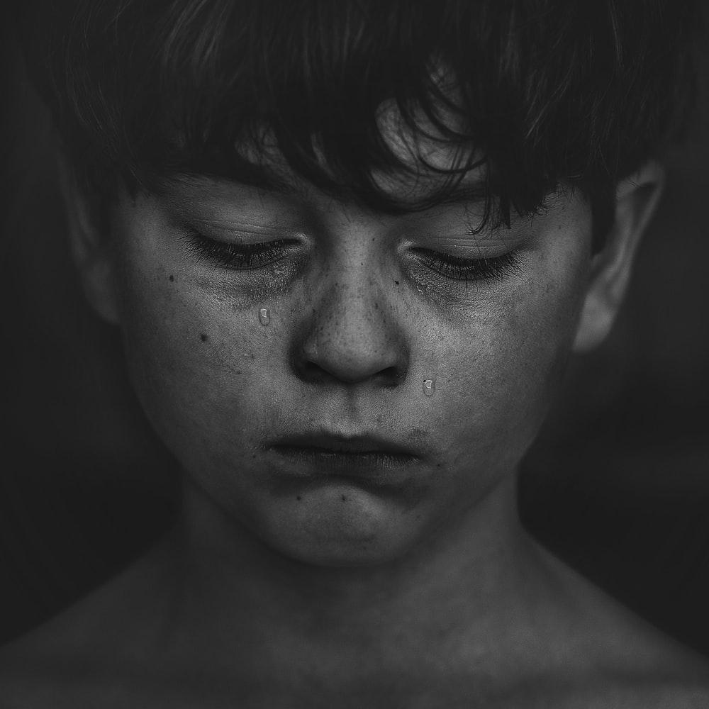 Hình ảnh cậu bé khóc