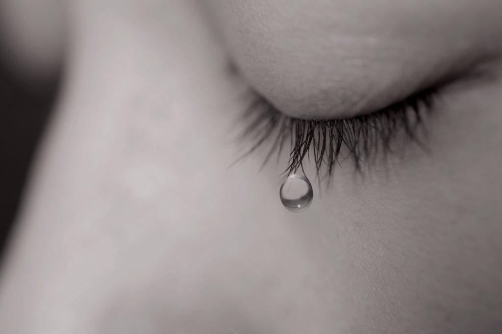 Hình ảnh giọt lệ khóc cô đơn