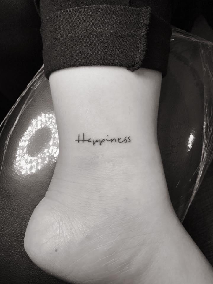 Hình xăm mini chữ Happiness