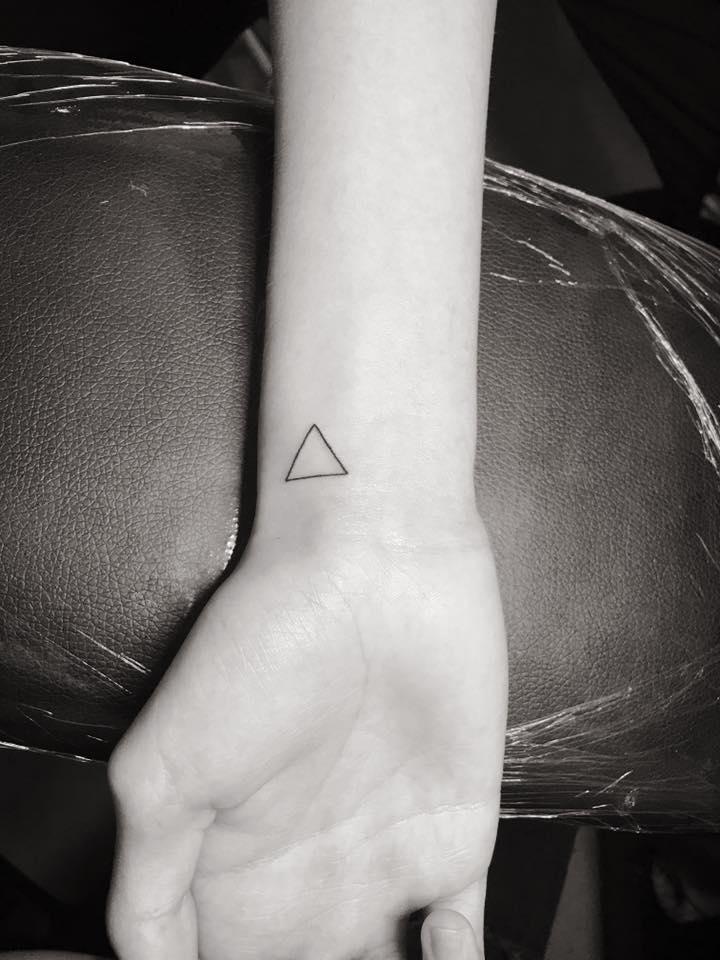 Hình xăm mini hình tam giác
