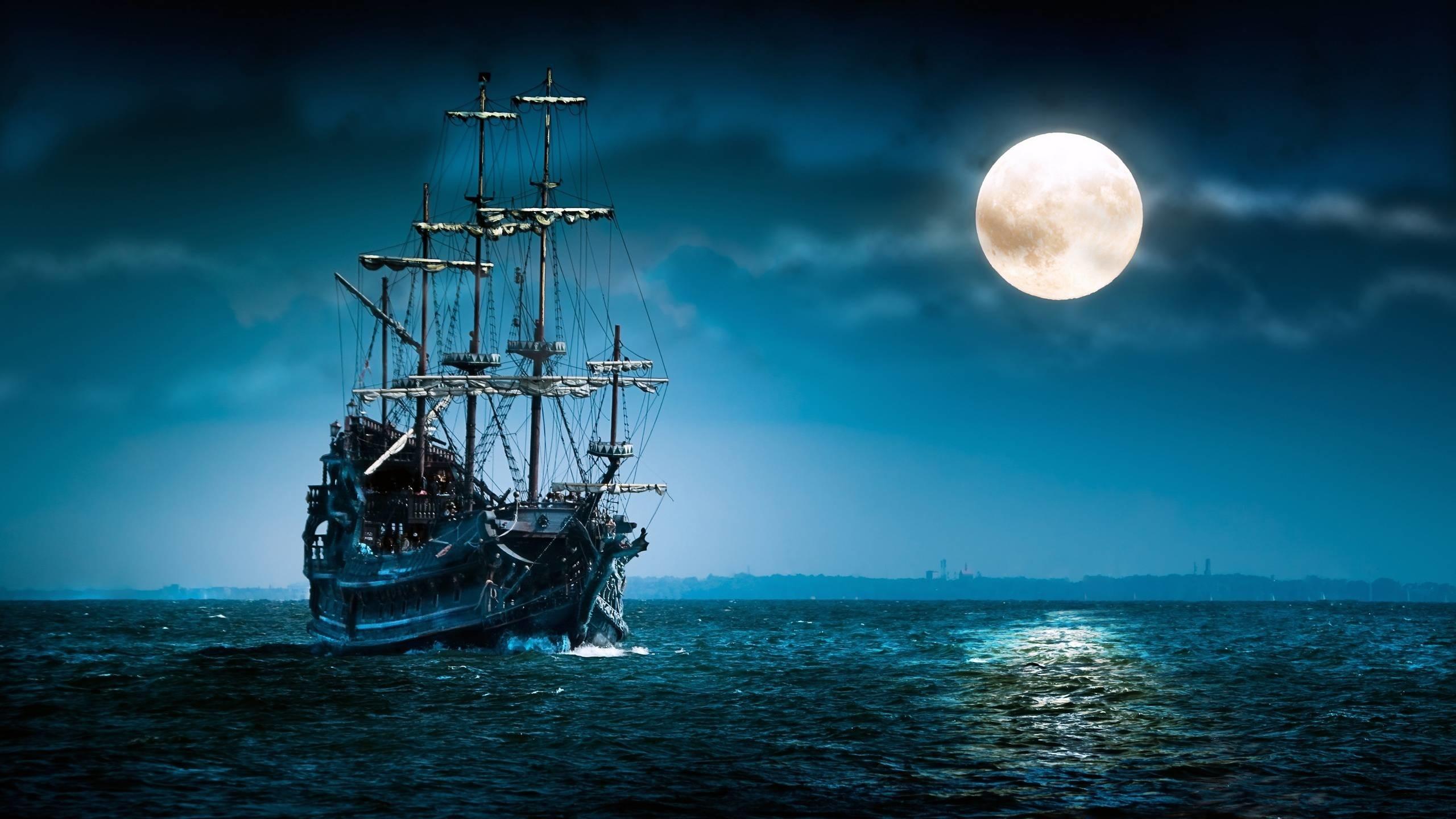 Ảnh mặt trăng và con thuyền trên biển