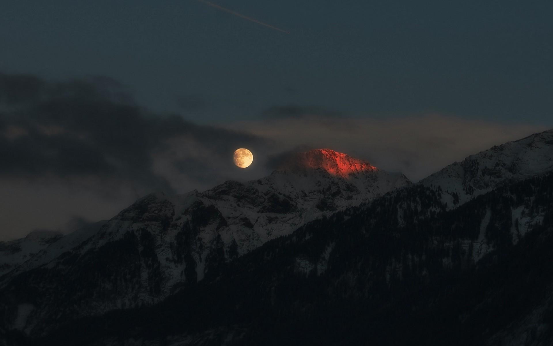 Ảnh trăng trên đỉnh núi đẹp nhất
